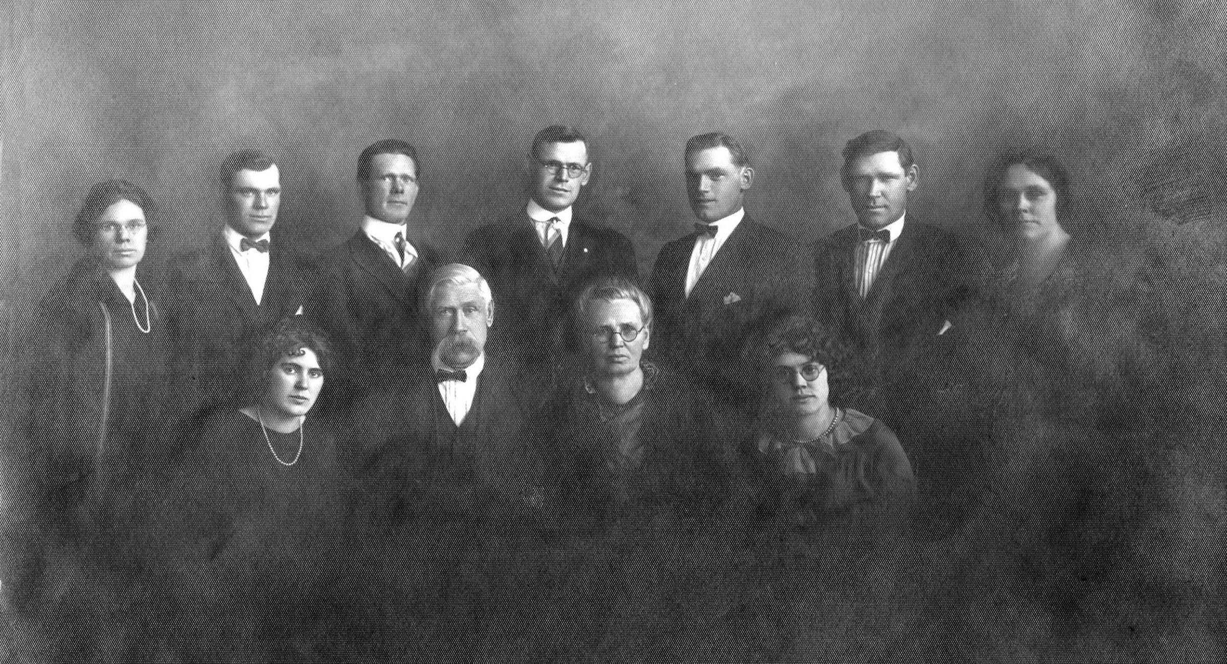 Jacob and Franciszka Pellowski with their family, ca. 1930.  Laura is at upper right.